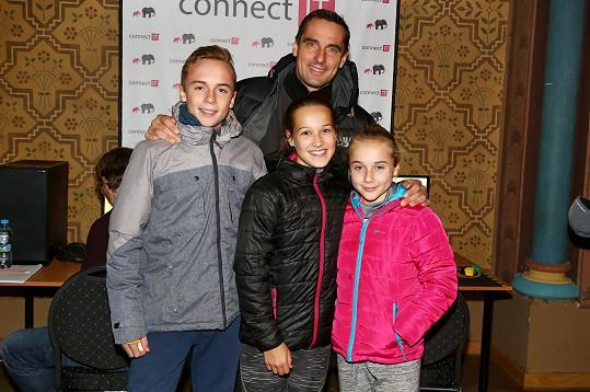 Kromě Štěpána a Kateřiny vzal Roman na herní turnaj i kamarádku své dcery.