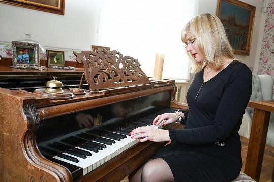 Když si Štěpánka Duchková potřebuje odpočinout, usedne k pianu, na které ale prý moc hrát neumí.
