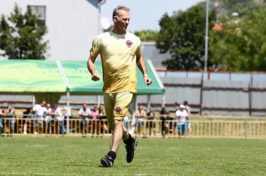 Na charitativní fotbalové utkání v Mikulově dorazil legendární hokejista se zpožděním a do hry se zapojil až v průběhu, i tak z něj byli fanoušci v Mikulově nadšení.