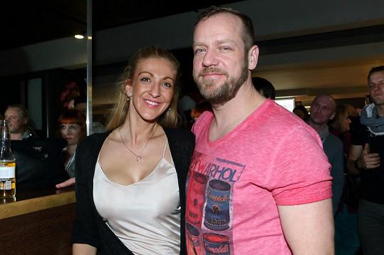 V tajnosti do toho praštil i oblíbený herec Filip Bažek s partnerkou Jolanou, která se živí jako manikérka.