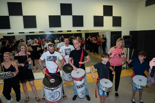 Zbyněk si zabubnoval spolu s dalšími známými tvářemi na zahájení Groove Army Academy.