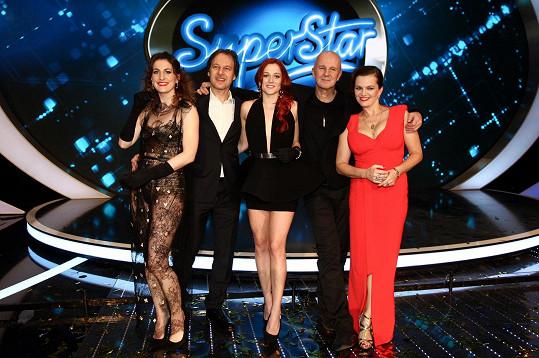 Vítězka Emma Drobná s porotci SuperStar