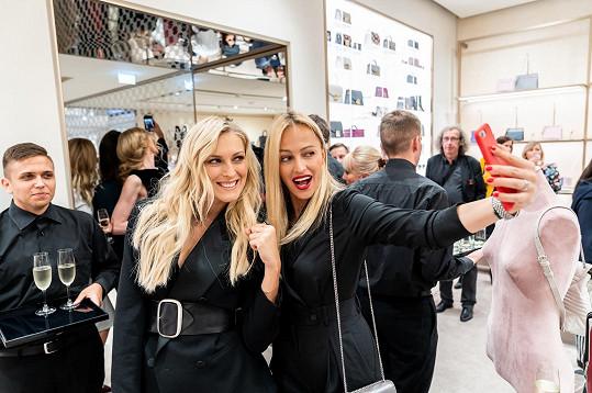 Otevření butiku v Pařížské ulici si nenechaly ujít další krásky, jako je například Zorka Hejdová (vlevo) nebo Renata Langmannová.