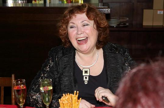 Naďa Konvalinková stále ráda rozdává úsměvy na všechny strany.