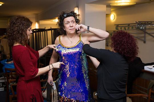 Herec a bavič na jevišti vystřídá dokonce několikery šaty.