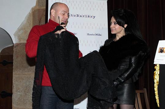 Lucie Bílá předala Kontu Bariéry šek na 250 tisíc korun.