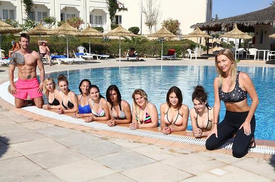 Dominika s děvčaty u bazénu
