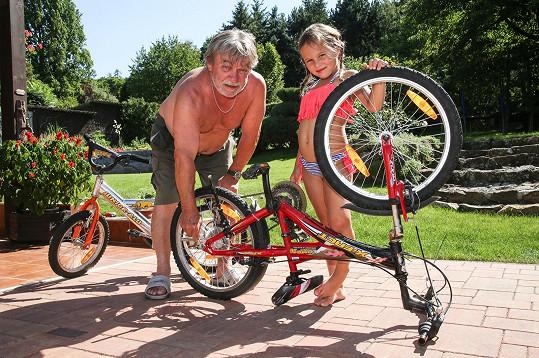 Vnučkám rád opraví i kolo.