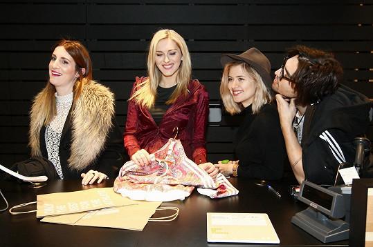 Zorka Hejdová, Klára Vytisková, Emma Smetana a Jordan Haj se v nově otevřené prodejně zhostili role prodejních asistentů - přispěli tím k podpoře dvou mladých talentovaných florbalistů na vozíčku.