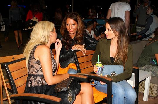 Veronika v družném rozhovoru s kamarádkami