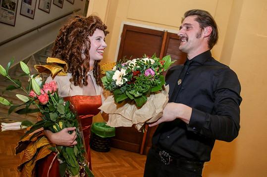 Mezi květinovými dary se kytice od jejího přítele Honzy neztratila.