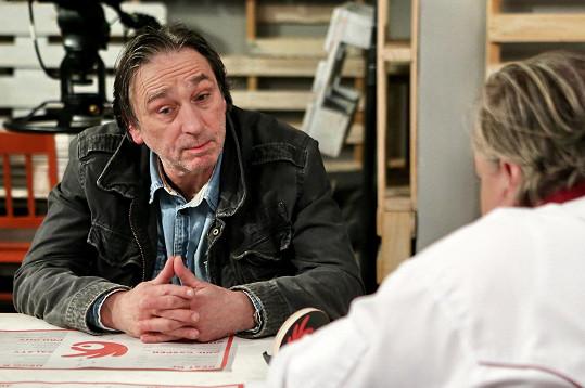 Ondřej Pavelka hraje v Ohnivým kuřeti policistu.