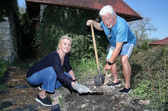 Milan Drobný a jeho žena Dana tráví karanténu v pohodlí domu za Prahou.