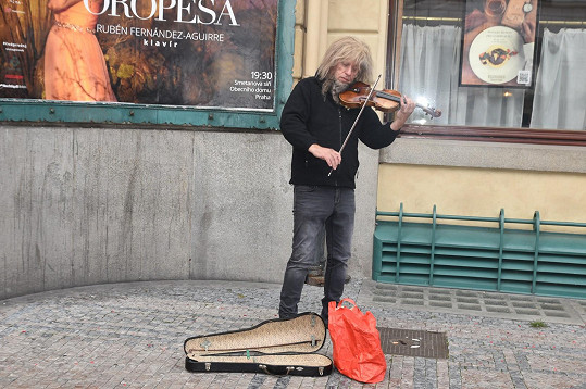 Hudebník se připravuje na narozeninový koncert.