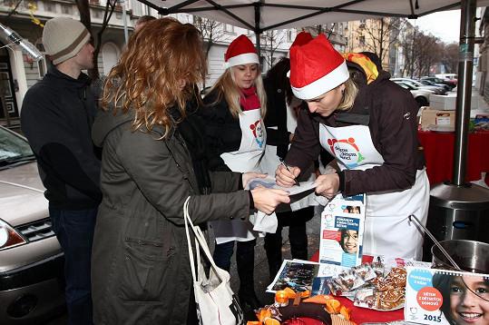 Bára prodávala i kalendář, který zájemcům i podepsala.