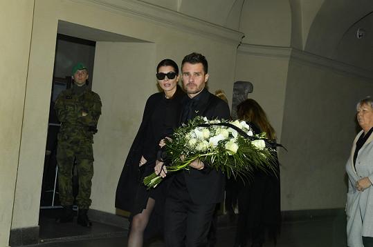 Zdrcený Leoš Mareš s manželkou Monikou