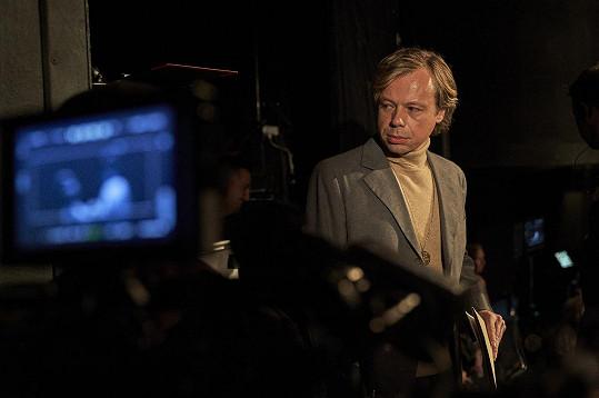 Viktor Dvořák vypadá ve filmu úplně jinak než jako Kryštof v První republice.