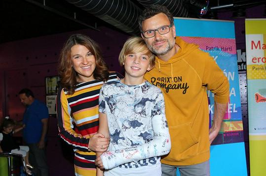 Hartl má s manželkou Martinou syna Hynka a dceru Áju.
