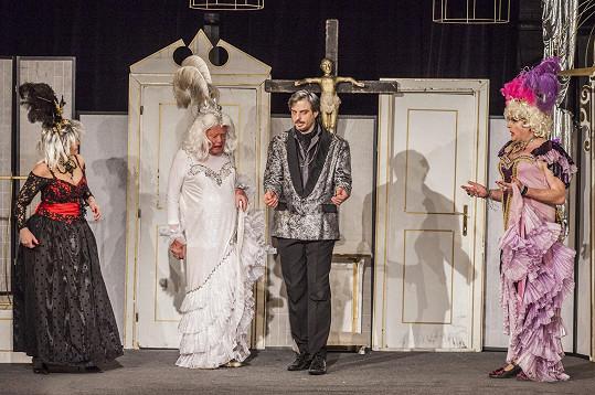 Petr Oliva (druhý zleva) v ženských šatech. V divadelní hře Klec bláznů byste ho nepoznali.