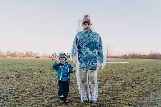 Tříletý Milukáš si natáčení s rodiči užíval.