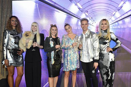 Na párty hrály hlavní roli blondýnky a blonďáci.