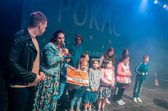 Společně sněkolika rodinami, které Můj nový život podporuje, převzala od Pokáče a Aničky zakladatelka neziskové organizace MUDr. Lucie Hrdličková symbolický šek, jehož výši generuje zisk z přehrávání společného songu.