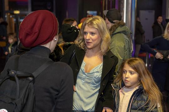 Jitka s dcerkou dorazily do kina.