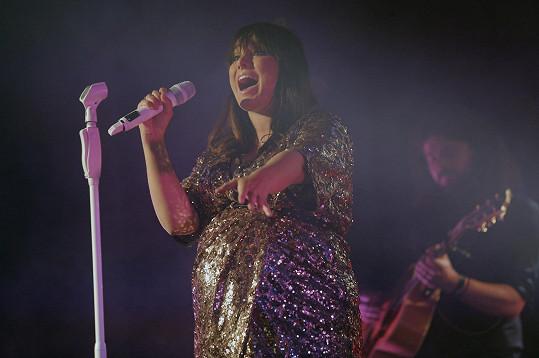 Ewa Farna na koncertě, který se loni konal ještě před porodem syna.