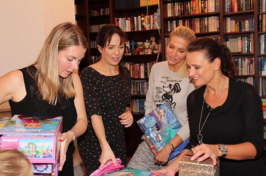 S Terezou Kostkovou, Darou Rolins a Janou Adamcovou se probíraly narozeninovými dárky.
