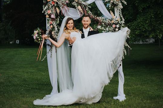 Na svatbě jim to slušelo.