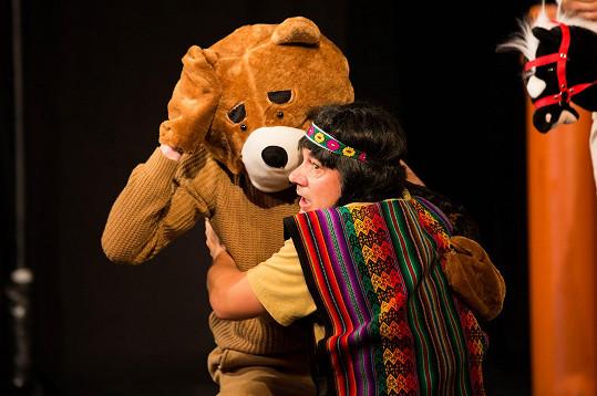 Jako první se na jevišti objeví medvěd grizzly, který napadne Ribanu.