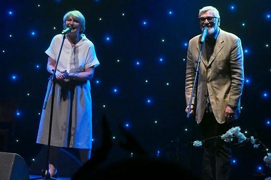 Jiří Bartoška a Eliška Balzerová si zazpívali duet Klíč pro štěstí.