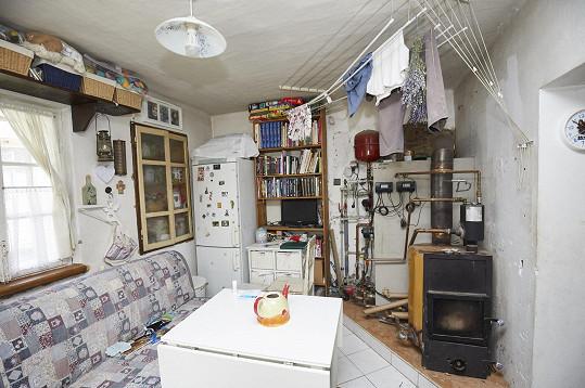Paní Šárka se třemi dětmi bydlí v miniaturním prostoru.