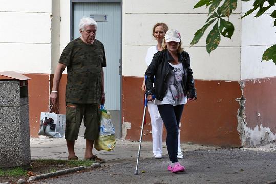Jiří Krampol vyzvedl v úterý manželku z nemocnice.