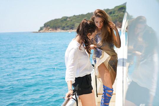 Sára Osmanová a poslední úpravy před focením na luxusní jachtě
