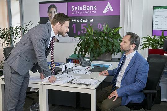 Zlý bankéř Robin si vychutnává kolegu Vítka, kterého v Ulici hraje Filip Čapka.