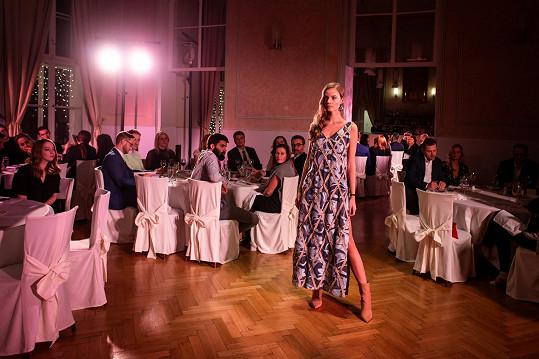 Nina v modelu od Mira Saba, který oblékal všechny finalistky.