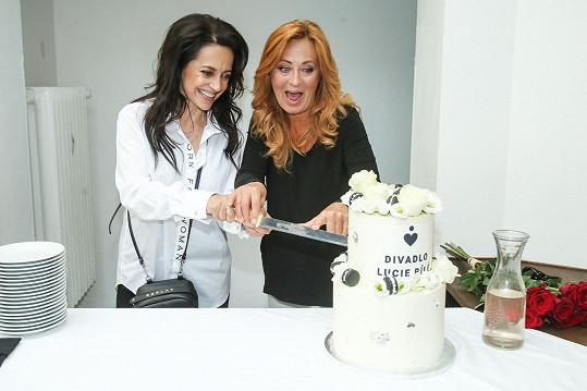 Společně nakrojily i dort, který byl dílem zpěvaččiny švagrové Adély Zaňákové.