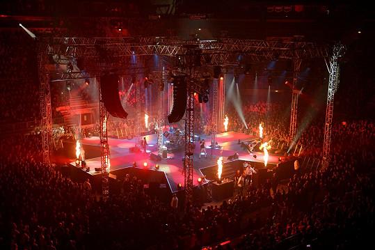 Na turné Daniel používal efektní pódium.