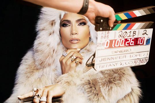 """Jennifer Lopez se ozdobila šperky Tiffany v novém okázalém videoklipu k singlu """"Dinero"""", který ukazuje obdiv k luxusu."""