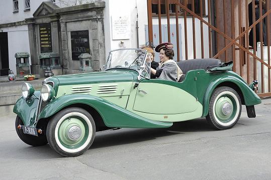 Lída Baarová jezdila ve voze Praga-Baby. Vůz, který dostala za natočení reklamy pro automobilku, byl ale v originále modrý.
