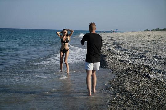 Dívky fotily na pláži.