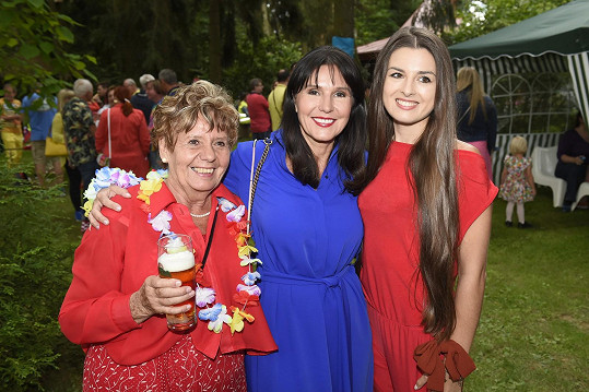 Eliška Jandová s maminkou a babičkou