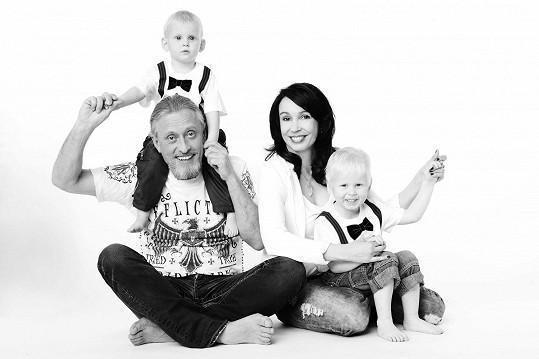 Kamil Střihavka a Nela Boudová také zapózovali s dětmi...