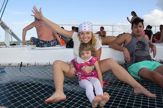 Na dovolené je s dcerou Eliškou.