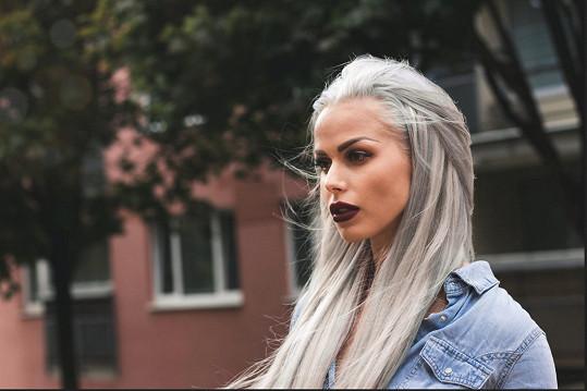 Při přechodu z tmavých vlasů si vyzkoušela i platinovou blond.