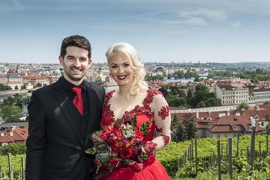 Iva zvolila šaty v rudé barvě.