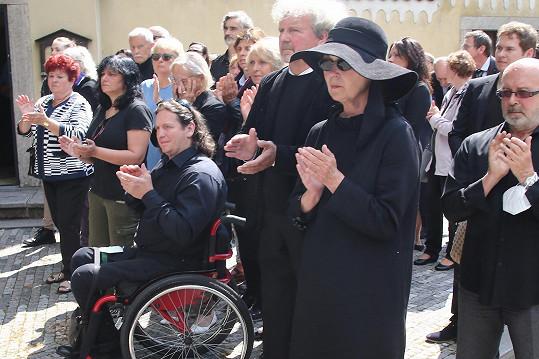 Jan Potměšil na pohřbu herečky Niny Divíškové.