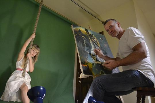 Holčička musela kvůli malování viset na laně.