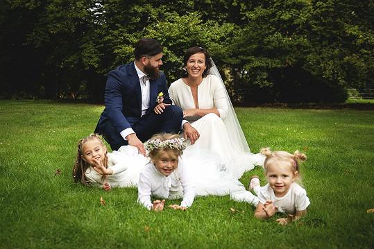 Svatební šaty měla od sourozenců Ponerových.